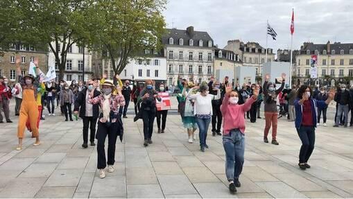 Plusieurs centaines de personnes manifestent ce dimanche 9mai 2021, à Vannes (Morbihan).