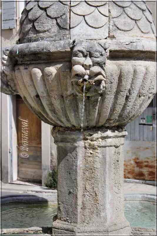 Fontaine Reboul détail Pernes-les-Fontaines Vaucluse