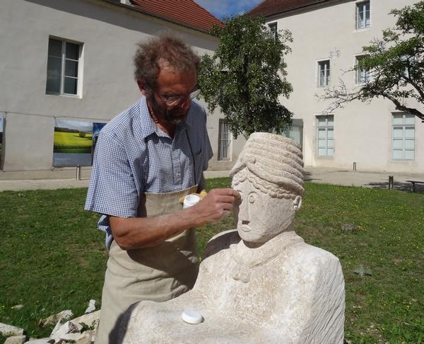 """Eric de Laclos continuera de sculpter la statue du """" guerrier de Vix"""" dans la cour du Musée, encore un week-end..."""