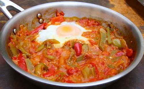 Recette de cuisine : Piperade et oeuf au plat