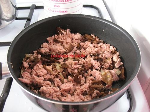 Linguines à l'encre de sèche sauce au thon