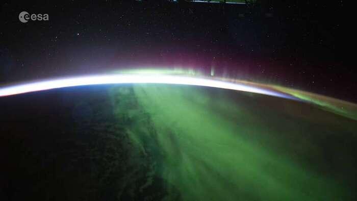 Aurore boréale au lever du jour vue de l'espace