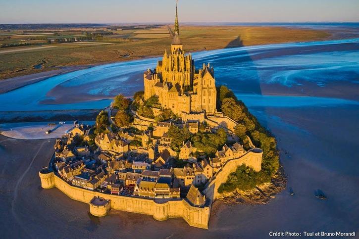 L'abbaye du Mont-Saint-Michel vue du ciel, Normandie