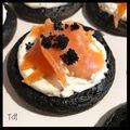 blinis à l'encre de seiche, chantilly de caviar et saumon
