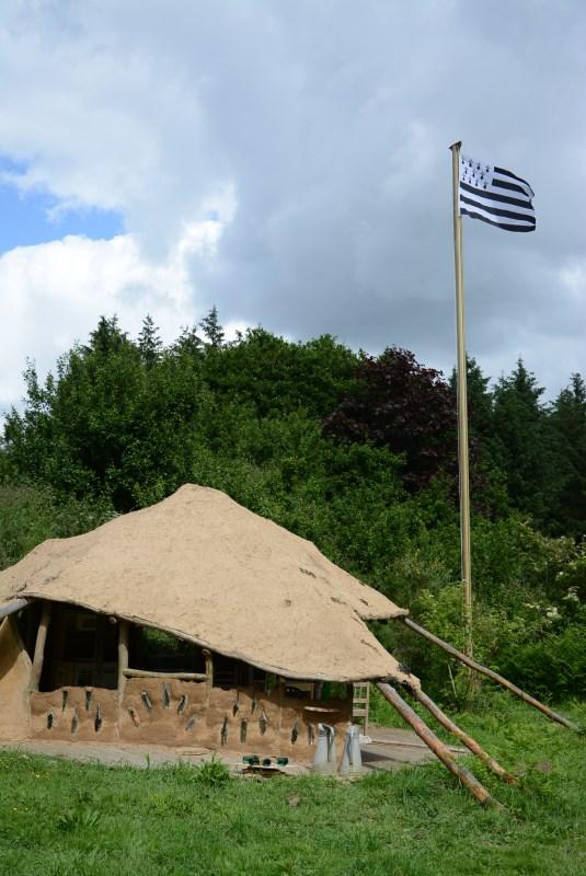 Cabane et drapeau