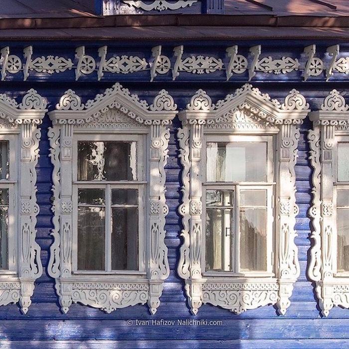 Russie traditionnelle: cadres de fenêtre en bois sculptés à la main