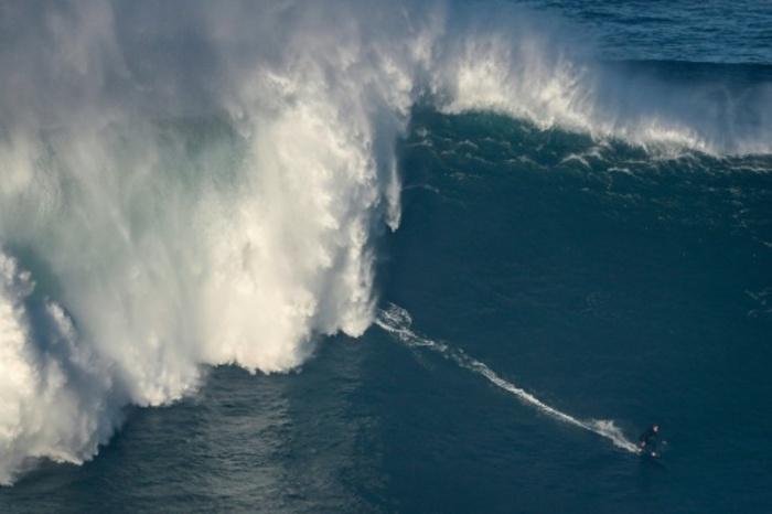 A Nazaré, des surfeurs de l'extrême s'attaquent aux premières vagues géantes