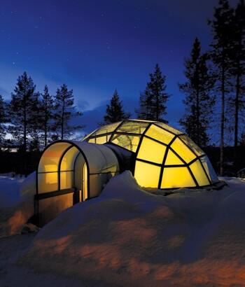 aurores boréales depuis un igloo en verre