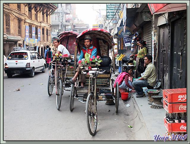 Blog de images-du-pays-des-ours : Images du Pays des Ours (et d'ailleurs ...), En attente des quelques roupies qui paieront le riz quotidien - Thamel - Katmandou - Népal