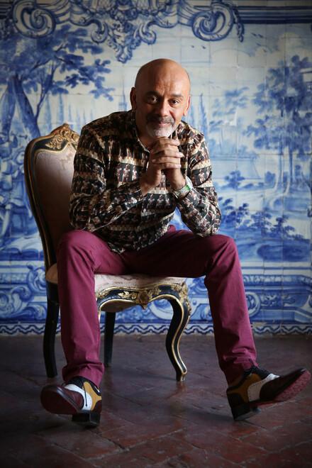 O designer de sapatos mais famoso do mundo, Christian Louboutin, tem casa em Lisboa e no Alentejo, para onde foi depois de conversar com a VISÃO no Palácio Belmonte, em Lisboa