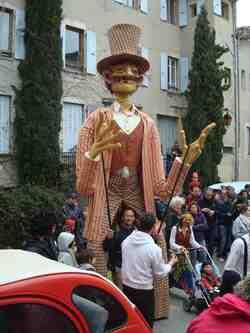 Carnaval de Saillans-Drôme--la grande Marionnette discute sur la place de la Daraize;
