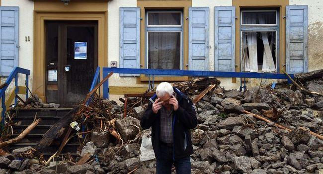 Un homme au téléphone devant une avalanche de débris - Marijan Murat/AP/SIPA