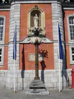 Perron devant le beffroi de Saint-Trond