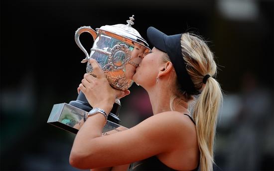 Sharapova avec la Coupe Suzanne-Lenglen