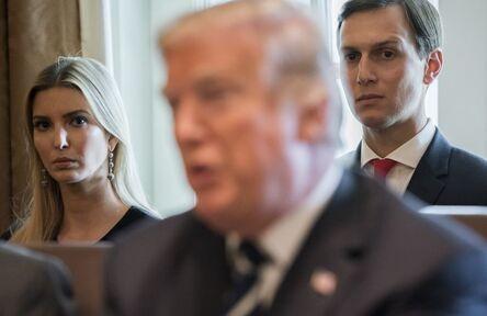 Ivanka Trump et Jared Kushner écoutent Donald Trump à la Maison Blanche, en octobre 2017.