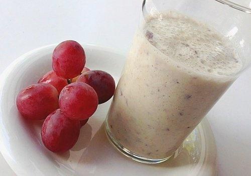Délicieux smoothie maison aux raisins et à l'avoine pour le coeur