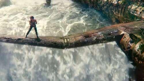 Lara Croft (Vikander) sur l'ail d'un avion en ruine