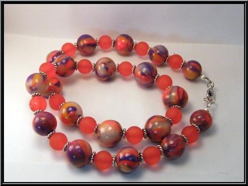 Collier perle fimo et perle givré rouge.