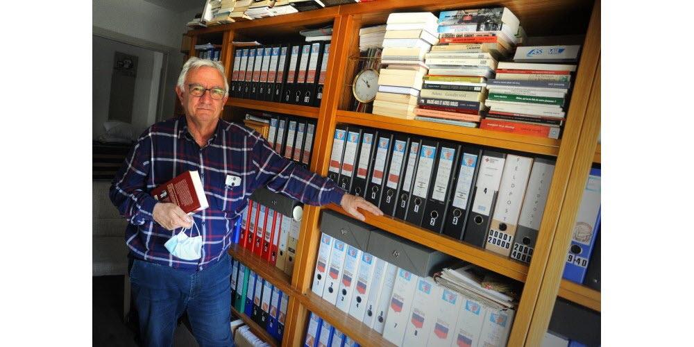 Claude Herold, dans son bureau rempli d'archives en lien avec ses recherches sur les portés disparus. Photo DNA /Nicolas Pinot