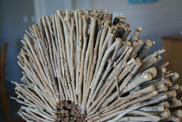 Cercle en brindilles de bois blanchi.