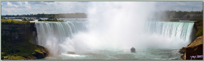 Après l'excursion en bateau, nous profitons du superbe panorama que nous avons, à partir de Niagara Parkway, sur les chutes - Niagara Falls - Ontario - Canada
