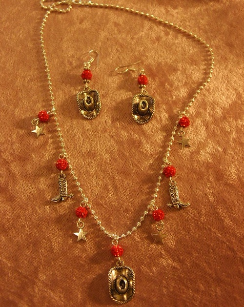 Collier country avec ses perles shamballa rouges