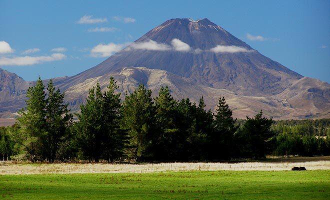 Certains volcans de l'Île du Nord sont toujours en activité et peuvent entrer en éruption. Les vulcanologues mesurent les risques pour protéger la population.