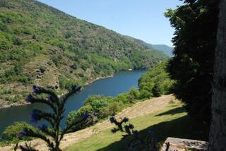 Un petit lac de barrage