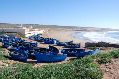 Les petites barques de pêcheurs sur la falaise