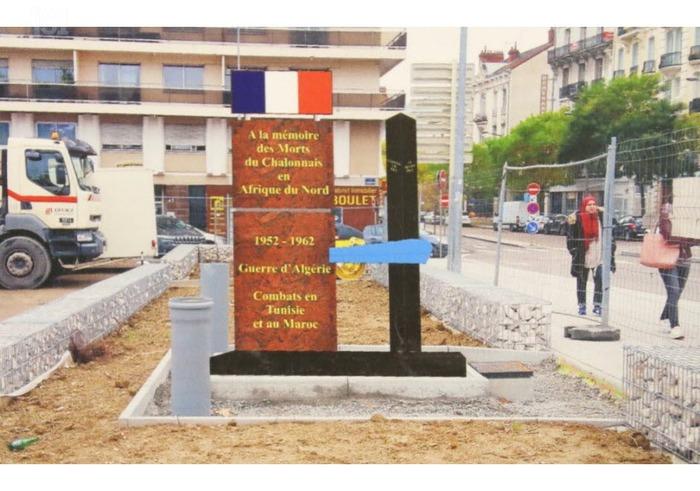 Chalon-sur-Saône :   Souvenir Place du 19-Mars :   L'érection du monument en bonne voie