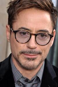 Robert Downey Jr. (de son nom complet Robert John Downey Jr.) est un acteur américain né le 4 avril 1965 à New York. Il accède à la célébrité internationale, et devient un des acteurs les mieux payés au monde à partir de 2008 en endossant le rôle d'Iron Man dans les productions cinématographiques des Marvel Studios. Dans la peau de Tony Stark, en 2015, il a joué dans cinq films à travers trois histoires centrées (Iron Man 1, 2 et 3) et deux autres réunissant plusieurs super-héros (Avengers et Avengers : L'Ère d'Ultron) qui sont tous d'importants succès au box-office. Il reprend le rôle dans Captain America: Civil War dont la sortie est prévue en mai 2016.  Robert John Downey Jr. naît à Greenwich Village2, un secteur du quartier de Manhattan à New York. Son père Robert Downey Sr. est un producteur de cinéma indépendant, d'origine irlandaise et de religion juive3, tandis que sa mère est d'origine allemande et écossaise. Son père est né « Robert Elias », mais a changé de nom quand il était mineur et voulut s'enrôler dans l'armée. Les occupations de Downey Sr. obligent la famille à déménager souvent et Downey Jr. a souvent du mal à s'adapter aux différentes écoles.  En 1970, il joue dans un film de son père, alors qu'il n'a encore que cinq ans. Quelque temps après le divorce de ses parents, il retourne vivre avec son père à Los Angeles, où il fait des petits boulots (il travaille dans un restaurant ou dans un magasin de chaussures) et joue dans des petites pièces de théâtre après avoir abandonné l'université.