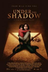 Under The Shadow : Téhéran, 1988. Shideh, mariée et mère d'une petite fille, va débuter une écolde de médecine. Son mari est appelé au front durant la Guerre entre l'Iran et l'Irak. Shideh se retrouve alors seule avec sa fille. Mais bien vite celle-ci commence à avoir un comportement troublant et semble malade. La mère se demande alors si sa fille n'est pas possédée par un esprit...-----... Origine : Britannique  Réalisation : Babak Anvari  Acteur(s) : Narges Rashidi,Bobby Naderi,Arash Marandi  Genre : Epouvante-horreur,Thriller  Année de production : 2016 <st Critiques Spectateurs : 3,2