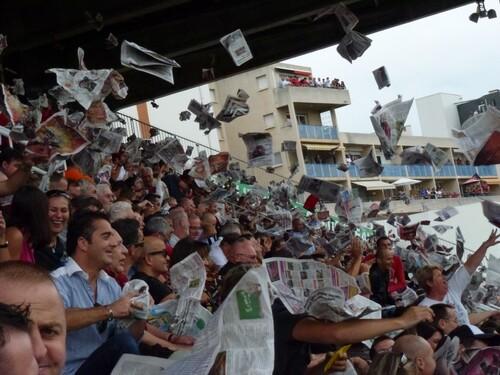 Lancer de journaux sur la pelouse du Stade de France ou pas ?