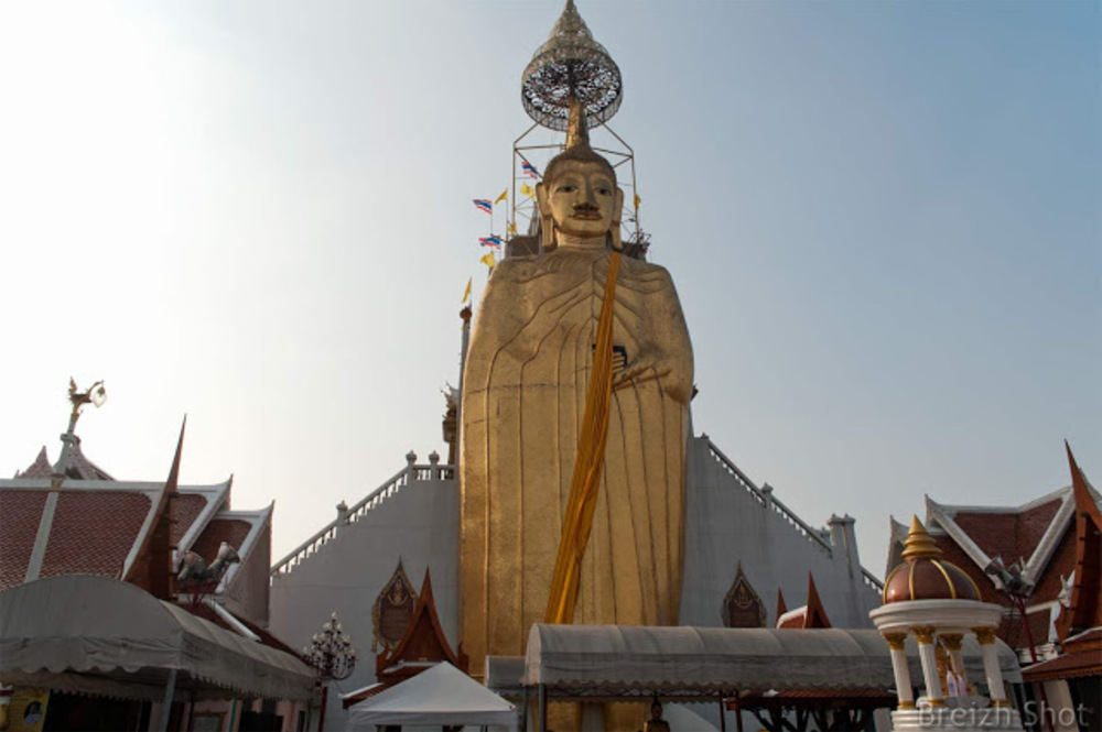 Bangkok : La taille impressionnante du Bouddha gréant du wat Intaravihan