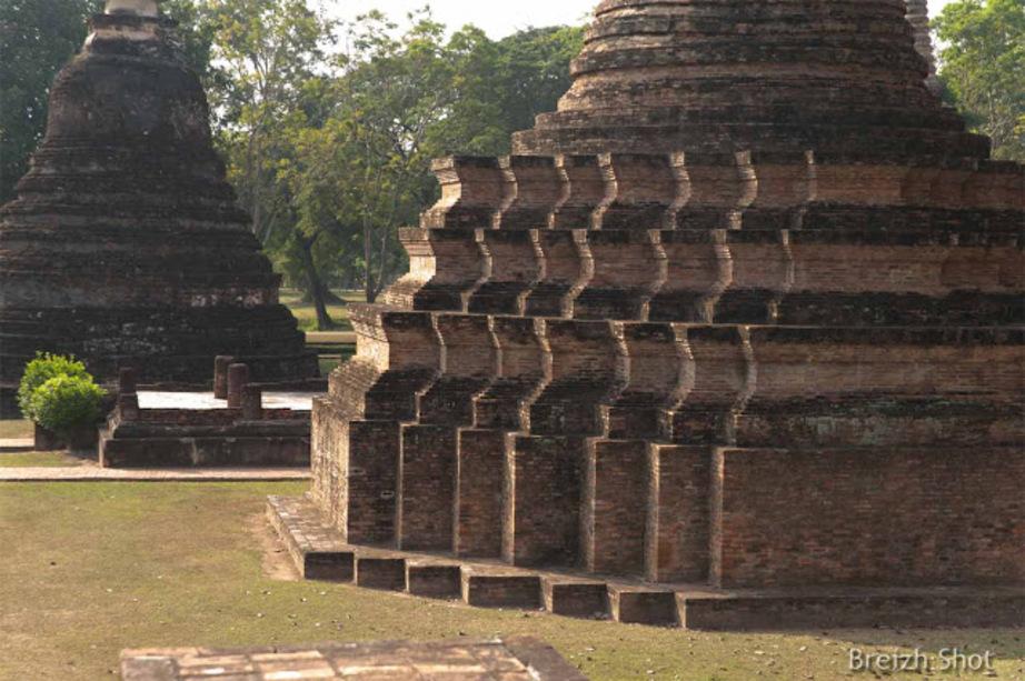 Wat Mahathat - Sukhothaï : La base du chédi - étrange organisation graphique évoquant des vagues