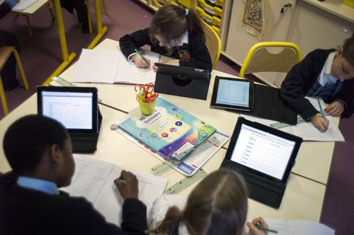 Des élèves utilisant leur tablette numérique à l'école