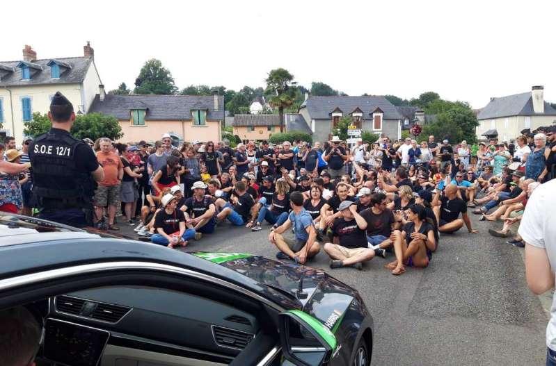 Tour de France : la course perturbée par des manifestants
