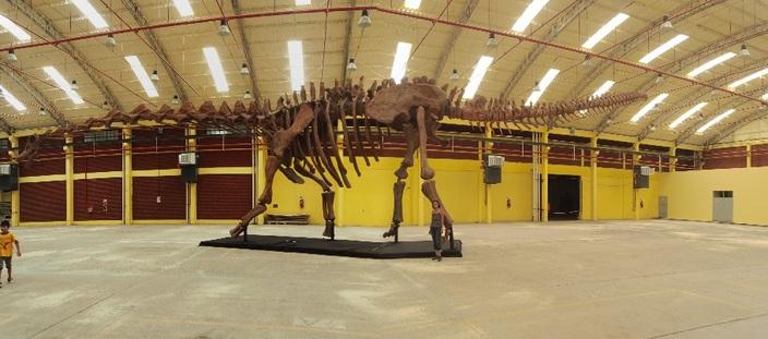 Le plus grand dino du monde. Me voyez-vous?