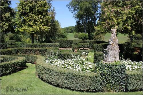 Les Jardins du Manoir d'Eyrignac l'Allée des Vases et les ifs taillés