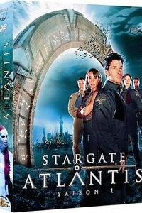 Une nouvelle Porte des étoiles découverte dans la cité perdue d'Atlantis, au milieu des glaces de l'Antarctique, devient la nouvelle base secrète de l'armée.L'équipe Stargate : Atlantis a pour mission d'explorer la galaxie Pegase, où de nombreuses planètes ont été peuplées par la civilisation humaine qui vivait autrefois dans la cité d'Atlantis. Dans cet univers encore inconnu de la Terre, la nouvelle équipe d'explorateurs rencontrera un nouvel ennemi craint de tous : The Wraith...La série est un spin-off de Stargate SG-1.