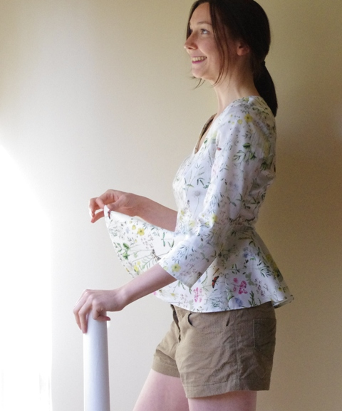 Madame Pervenche dans la cuisine avec le papier calque