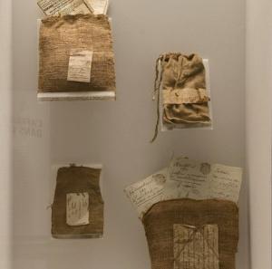 Ces sacs-là n'ont pas encore été vidés. Photo: Archives Nationales.