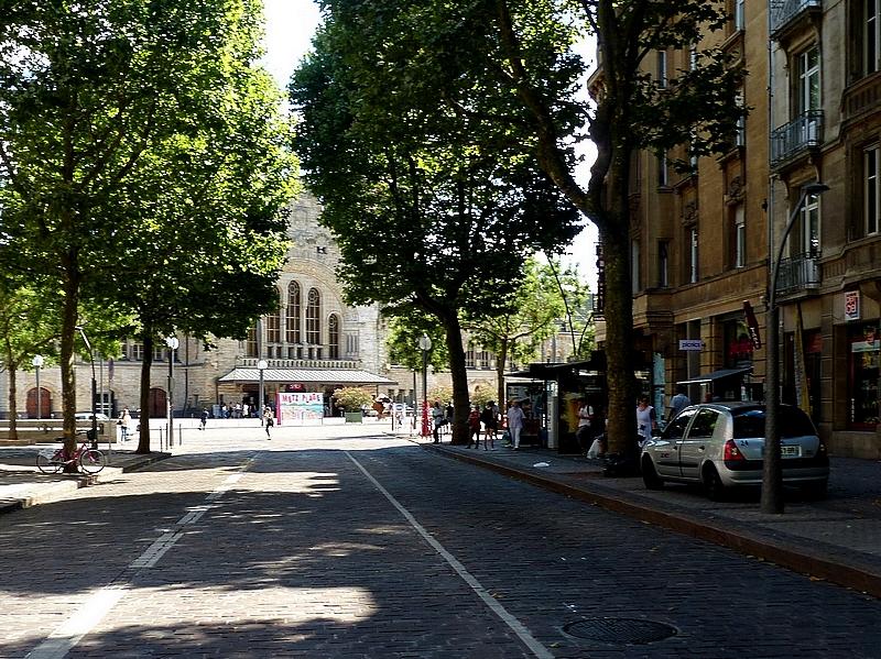Metz / Début d'une promenade sous les arbres...