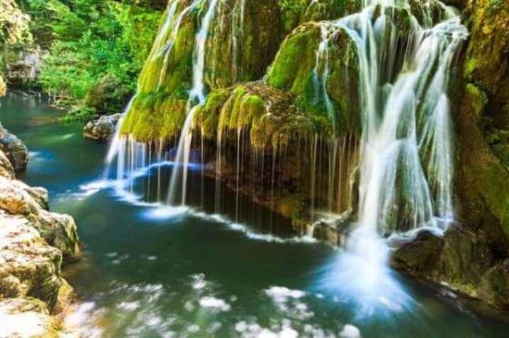 Bigar cascade Falls se situe à la frontière avec la Serbie. Ce n'est pas une des cascades les plus hautes ou les plus puissantes du monde, mais elle est à couper le souffle. Cette merveille naturelle est un énorme rocher couvert de mousse sur lequel ruisselle la chute. L'eau provient d'une source souterraine venant des montagnes Anina et se jette dans la rivière Minis.