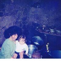 La confection du brocciu.Ma cousine Pauline avec mon petit cousin Christophe