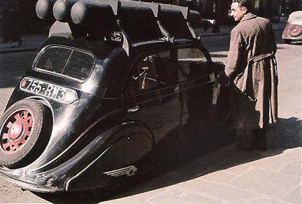 Une voiture roule au gazogène