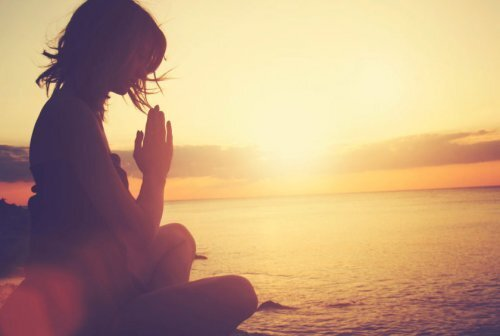 plage-femme-prier