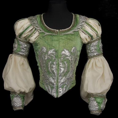 Costume de Rudolf Noureev dans  « Roméo et Juliette », 1977, Moulins, Centre national du costume de scène.