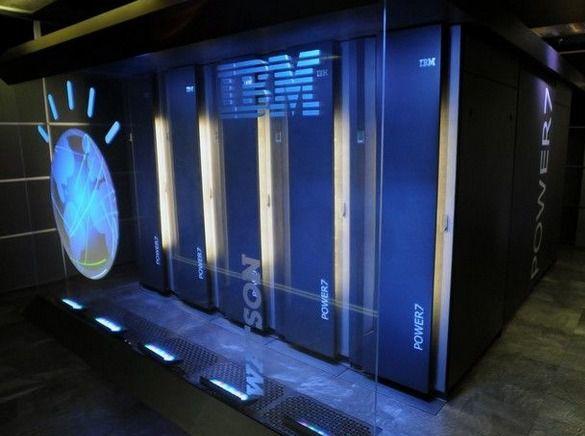 Watson fait travailler 90 serveurs Power 750 à 8 cœurs, cadencés à 3,5 GHz, avec 16 To de mémoire vive. Son fonctionnement est massivement parallèle, permettant à plusieurs algorithmes d'étudier simultanément la même requête. © IBM