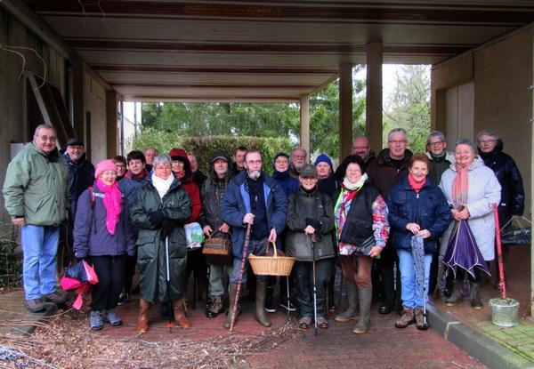 Une belle sortie de la Société Mycologique au bord de l'étang de Marcenay, à la recherche de pézizes et autres beaux champignons